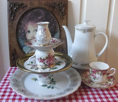 turn your old tea set into a pretty cake stand!