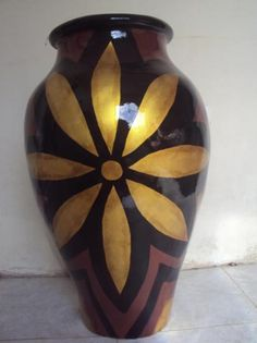 Adding pottery to your home décor is an innovative way of lighting it up and grabbing people's attention. As pottery is so diverse, incorporating it into your interior also offers the perfect oppor… Pottery Painting Designs, Paint Designs, Painted Flower Pots, Flower Vases, Bottle Painting, Bottle Art, Alpona Design, Clay Vase, Native American Pottery