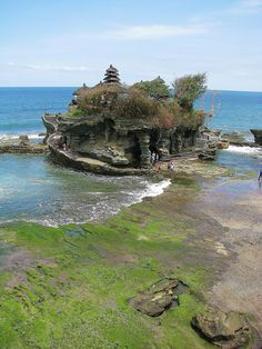Tanah Lot Temple in Bali, Indonesia (by jorgazmo).