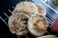 Glutenfritt tunnbröd i stekpanna, jag säger bara NOMNOMNOM! Så smaskigt och gott och helt perfekt till frukost såhär på en helgmorgon. Det här brödet är vansinnigt gott och du kan variera påläggen i all oändlighet. Dessutom kan du göra detta bröd till små minipizzor, passar perfekt till det också. B
