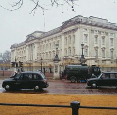 "@buckingham palace Kalo di indonesia ini istana kepresidenan  ""Residence of The queen of england"""