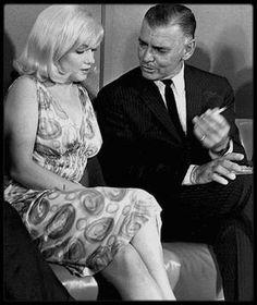 """24 Février 1960 / Une conférence de presse est organisée dans un salon du """"Mapes Hotel"""", à Reno dans le Nevada, lieu de tournage du film """"The Misfits"""". Un cocktail et des séances de poses devant les photographes ont lieu, avec l'équipe du film: Marilyn, Clark GABLE, Montgomery CLIFT, Thelma RITTER, Arthur MILLER, John HUSTON, Frank TAYLOR (le producteur du film). Des photographes de """"l'agence Magnum"""" sont présents, tels que Inge MORATH, Bruce DAVIDSON et Henri CARTIER-BRESSON. Paula…"""