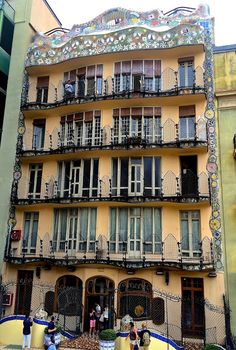 Tip for the architecture lover: how to admire the back of Casa Batlló in Barcelona for free. We are all familiar with the stunning facade of Gaudi's masterpiece Casa Batlló in Paseo de Gracia, Barcelona. We are probably less familiar with the back of this building (unless we visited it) which is also very beautiful and surely deserves some attention. From the view point where we took this picture, we can admire trencadis work all around the top and the floor's balconies. Trencadis is a…