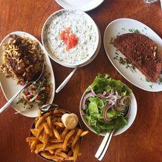 26 restaurants à Montréal où bien manger pour moins de 20$ - Narcity Chow Mein, Pizza Naan, Poke Bol, Limonade Rose, Restaurants, Sandwiches, Ethnic Recipes, Food, Fried Chicken