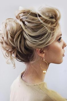 Exquisite Wrapped Messy Updo Hairstyles For Prom Updo Promhairstyles See Our Collection Of Elegant Prom Hair Updos As This Important Event I - The Perfect Messy Bun in 3 Easy Steps High Bun Hairstyles, Bohemian Hairstyles, Trending Hairstyles, Scarf Hairstyles, Hairstyles Haircuts, Prom Hair Updo, Short Hair Updo, Curly Hair Styles, Ombre Hair