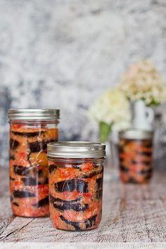 Auberginenscheiben in kalter Tomaten-Knoblauch-Sauce