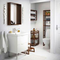 Kylpyhuone, jossa tummanruskeat MOLGER-hylly ja -kärry sekä valkoinen GODMORGON-allaskaluste.