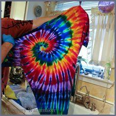Apr 2017 - Jeremy's Tie Dye Guide - Detailed Spiral Folding Instructions to tie dye shirts pattern Tie Dye Tips, How To Tie Dye, How To Dye Fabric, Dyeing Fabric, Shibori, Tie Dye Folding Techniques, Tie Dying Techniques, Diy Tie Dye Shirts, Paint Shirts