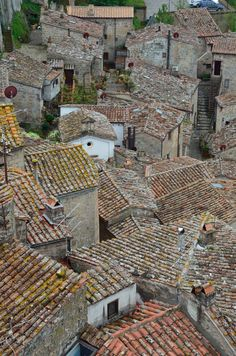 Italy Sorano, a medieval hill town dug into the tufa Interesting Buildings, Old Buildings, Ciel, Art And Architecture, Italy Travel, Tuscany, Landscape Photography, Photos, Pictures