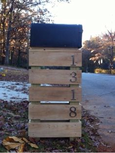 Pallet mailbox holder - need to do this (Outdoor Wood Holder) Diy Mailbox, Mailbox Post, Mailbox Ideas, Mailbox Decorating, Mailbox Makeover, Mailbox Numbers, Modern Mailbox, Outdoor Projects, Home Projects