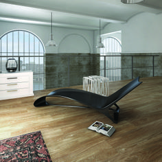 Living room with Fluid chaise longue and Qube small table.