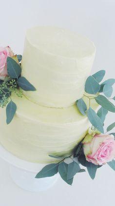 Die elegante und schlichte Hochzeitstorte ist dekoriert mot rosafarbenen Rosen und Eukalyptus #hochzeitstorte #frischblumen #cake #weddingcake Party, Wedding Cakes, Desserts, Pink, Wedding Day, Engagement, Newlyweds, Wedding Pie Table, Decorating