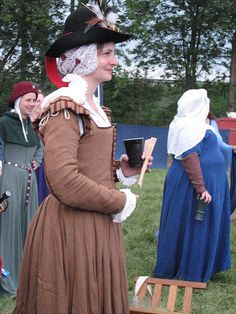 Late period kirtle with sleeves. A nice, understated and very period look.