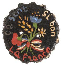 """Bouton """"ça sent si bon la France"""", 1945 (bois peint) / Les Arts Décoratifs, Paris"""