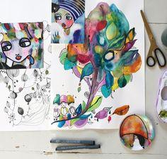 Mycket färg och form är utmärkande i Karolinas målningar och illustrationer. Hon hämtar inspiration från naturen, städer, låttexter, modemagasin, drömmar och vardagsliv.