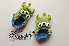 Toy Story aliens inspired crochet booties for toddlers - free pattern in English available