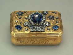 Snuffbox, Russia, Century, by Jeremie Pauzie. This gold snuffbox is covered with rococo chased ornament. On the lid is a diamond basket with a vast Ceylon sapphire. Objets Antiques, Antique Jewelry, Vintage Jewelry, Jewelry Art, Cotton Cord, Antique Boxes, Pretty Box, Royal Jewels, Jewel Box