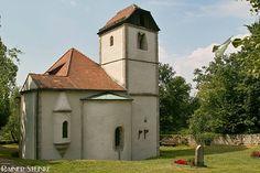 Die Ulrichskapelle ihre Mythen und Rätsel.  Die Ulrichskapelle bei Standorf (um 1200) ist eine spätromanische Oktogon-Kapelle im baden-württembergischen Frankenland um sie ranken sich zahlreiche Mythen und Rätsel die ich hier nun beschreiben werde.  Da sich daneben auch ein Quelle befindet könnte es sich einst um einen Kultplatz (Quellheiligtum) gehandelt haben in der Nähe befinden sich auch zahlreiche Hügelgräber.  Legende - Turiner Grabtuch: Es gibt die Theorie dass sich einmal das…