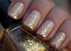 Nail polish with sparkles are very popular nowadays. Every woman should have collated nails. The decoration of nails usually depends on the occasion and Gold Glitter Nails, Glitter Nail Polish, Nude Nails, Gold Sparkle, Sparkly Nails, Gold Nail, Nail Nail, Gold Sequins, Golden Glitter