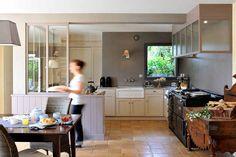 Entre la cuisine et l'atelier - AGA 4 fours fonte noir, hotte verrière, béton ciré, plan de travail inox, timbre d'office, cellier, billot