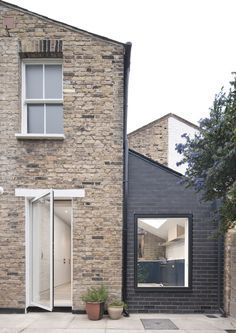See How a Tiny Extension Turned This London Rowhouse Into a Dream Home See How Archer + Braun Gave This London Row House a Modern Makeover - Architectural Digest Architectural Digest, Brick Extension, House Extension Design, Extension Ideas, Glass Roof Extension, Side Return Extension, House Cladding, Brick Cladding, Minimalist Home