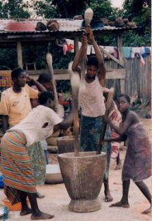 フゥフゥやフゥトゥを搗くのと同じ縦杵でトウモロコシを搗いている女の子たち