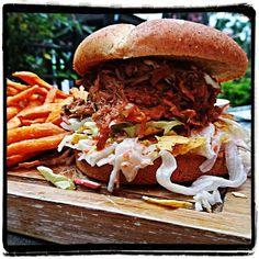 Pulled pork burger with sweet potatoes fries  #burger #pulledpork #sweetpotatoefries #frankyswasserbahnhof #mülheim #burgergram #foodlover #foodstagram #foodblogger