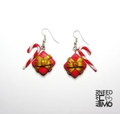 Christmas fimo earrings with red and gold effect presents and Candy canes in my Etsy Shop! INFO: https://www.facebook.com/AllYouNeedIsFimo/photos/a.937250929688782.1073741828.932013750212500/1183075458439660/?type=3&theater  #fimo #polymerclay #artigianato #fattoamano #handmade #jewelry #gioielli #orecchini #earrings #regali #regalidinatale #presents #christmaspresents #christmas #christmasgift #christmasgiftideas #red #candycane #peppermintstick #gold #motherofpearl #etsy #allyouneedisfimo