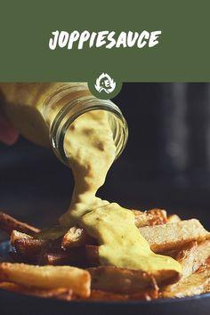 Du bist auf der Suche nach einer schnellen und ultra geilen Sauce für dein nächstes BBQ? Dann ist Joppiesauce genau das, was du willst! Immerhin ist diese gelbe Chose aus den Niederlanden 'n echter Allrounder: Du kannst sie als Burgersauce verwenden, aber auch Fleisch, Fisch oder Hähnchen 'n fettes Geschmackstuning verpassen! Veggie Bbq, Camping Bbq, Tasty, Yummy Food, Dessert, Grilling Recipes, Great Recipes, Dips, Veggies