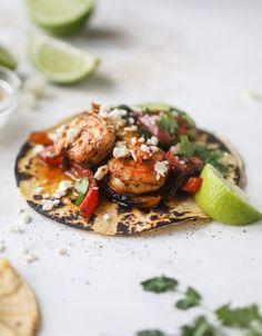 adobo shrimp fajitas I howsweeteats.com #shrimp #fajitas #tacos