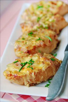 Kay's Savory Party Bread. Looks yummy. Yummy Appetizers, Appetizers For Party, Appetizer Recipes, Do It Yourself Food, Snacks Für Party, High Tea, Finger Foods, Love Food, The Best