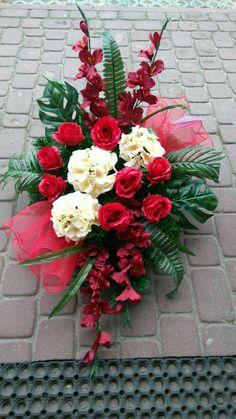 Not silk and maybe different colors - Moja strona Casket Flowers, Grave Flowers, Cemetery Flowers, Funeral Flowers, Grave Decorations, Christmas Door Decorations, Christmas Wreaths, Church Flower Arrangements, Funeral Arrangements