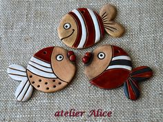 Keramické rybky (sada č. Folk Art Fish, Fish Art, Class Art Projects, Clay Projects, Polymer Clay Flowers, Polymer Clay Crafts, Flamingo Plant, Clay Fairies, Hand Built Pottery