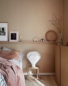 26 dusty pink bedroom walls you will love it 1 Dusty Pink Bedroom, Pink Bedroom Walls, Bedroom Wall Colors, Peach Bedroom, Warm Bedroom, Wall Colours, Pink Walls, Decoration Bedroom, Home Decor Bedroom