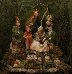 Las muñecas y los títeres de Anna Brahms están hechos de algodón sobre una armadura de metal. Las cabezas y las extremidades están formadas de arcilla, fimo, prosculpt, papel maché, madera y yeso y pintadas con pintura acrílica. El pelo es pelo de cabra o de hilos de seda y los ojos son de cristal.