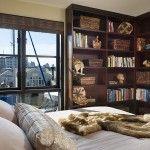 Zabudowa z półek w małej sypialni