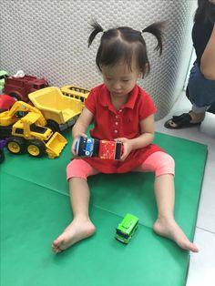 한국 아기 중 '타요'를 모르는 25개월은 많지 않은 듯^^ 아기 버스랑 엄마 버스라며 좋아함.