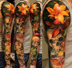 Espectacular tatuaje de brazo completo, #color #flores #calavera