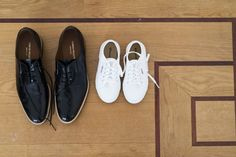 Credit: Kee and Kee - schoeisel, kleding, schoen, hout, mode, voet (anatomie), houten, leer (stof), bureaubladachtergrond, twee, geen persoon