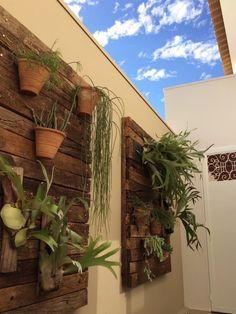 Navegue por fotos de Jardins tropicais: Jardim vertical. Veja fotos com as melhores ideias e inspirações para criar uma casa perfeita.