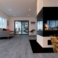 40 Popular Family Room Design with Sustainable Flooring - Craft and Home Ideas Grey Hardwood Floors, Living Room Hardwood Floors, Grey Flooring, Parquet Flooring, Flooring Ideas, Good Color Combinations, Modern Fireplace, Bedroom Color Schemes, Family Room Design