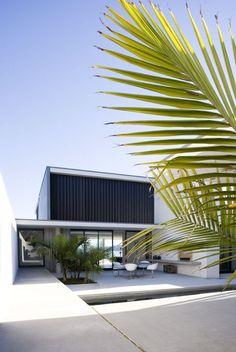 Pin more at http://www.designhunter.net/serene-minimalist-beach-house-auckland/ #architecture
