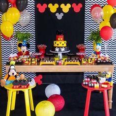 "2,502 Me gusta, 92 comentarios - Re Pretti (@loucaporfestas) en Instagram: ""Tema: Mickey! Decoração linda @claravictor ! #loucaporfestas #mickey #festamickey #mickeyparty…"" Mickey Party, Mickey Mouse Birthday Theme, Mickey Mouse Party Decorations, Minnie Y Mickey Mouse, Fiesta Mickey Mouse, Mickey Mouse Baby Shower, Mickey Mouse Parties, Baby Birthday, Disney"