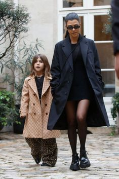 How Kourtney Kardashian Copes When Her Kids Aren't Listening to Her Kardashian Style, Kardashian Jenner, Kourtney Kardashian, Cold Weather Outfits, Winter Outfits, Black Dress Outfits, Cool Style, Street Style, Casual