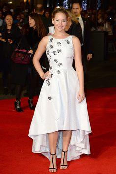 Jennifer Lawrence volvió a ser el epicentro al que apuntaban todos los flashes de la première de Sinsajo en Londres. En esta ocasión, llevó un diseño de su firma fetiche: Christian Dior, por Raf Simons.