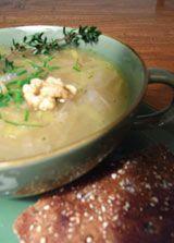 Suppe aus vielerlei Zwiebeln - Die Techniker Krankenkasse kennt ein leckeres Zwiebelsuppen-Rezept - und räumt nebenbei mit Vorurteilen gegen Porree, Schalotten und Co. auf.