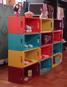 Estante de caixotes coloridos