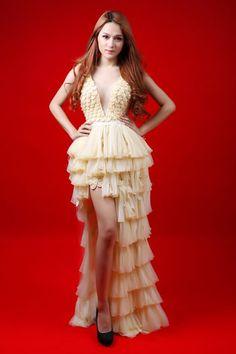 Hương Giang Idol sexy với váy bao cao su