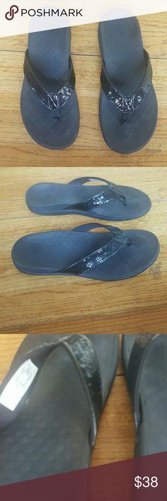 VIONIC FLIP FLOPS SANDALS THONGS SIZE 8 VIONIC WOMENS SANDALS SHOES THONGS FLIP FLOPS SIZE 8 EURO 39 NO HALF SIZES SO FITS  8 AND 8.5 BLACK SPARKLE BLING COMFORTABLE EUC Vionic Shoes Slippers