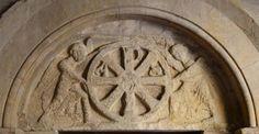 Tímpano románico decorado con Crismón - Monasterio de San Pedro el Viejo, Huesca